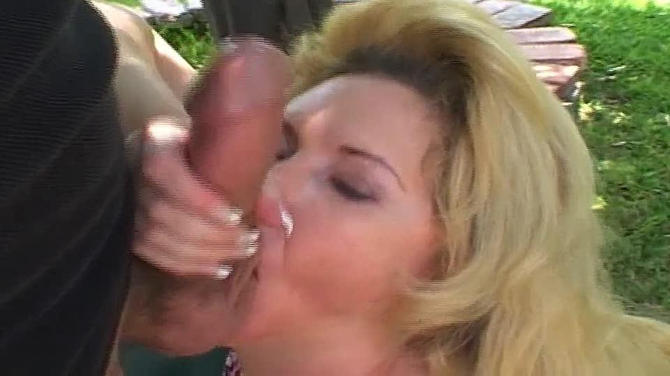 Spritzen den mund oma in Ehemann fickt