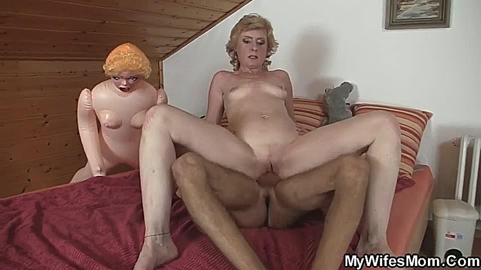Sexgeile Oma Erwischt Jungen Mann Mit Gummipuppe Pornoentetv