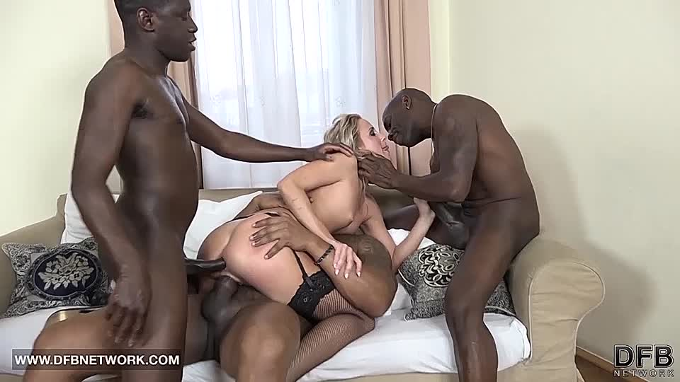 Schwarzer Schwanz fickt weißes Mädchen