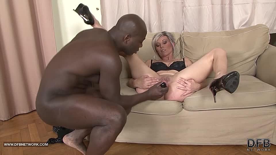 Blonde Milf liebt schwarzen Schwanz