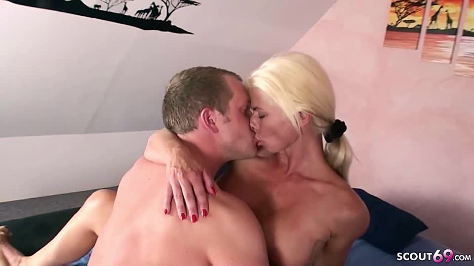 Blonde Stiefmutter fängt Sohn