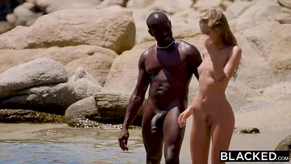 Am nackte strand blondinen Blondine wird